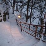雪の渓谷の中の露天風呂へ